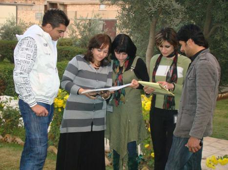 طلبة وطالبات المعهد يذاركون دروسهم في باحة المعهد